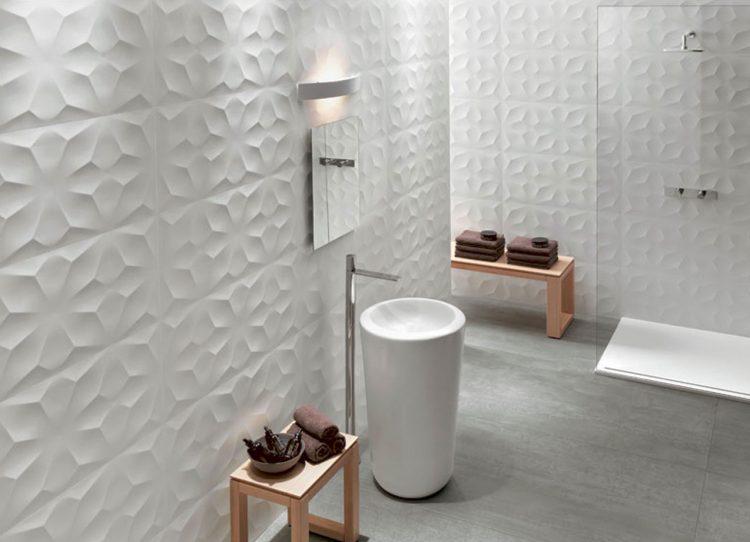 Die Badezimmer-Wand kann auch ohne Fliesen – muss aber nicht.